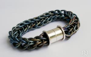 Gekleurde titanium schakels en zilveren magneetslot